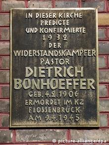 Memorial for Dietrich Bonhoeffer on Berlin church, Copyright: picture-alliance/dpa