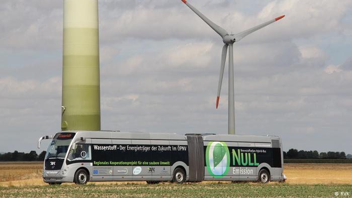 Phileas Bus vor Windrädern Wasserstoffbus