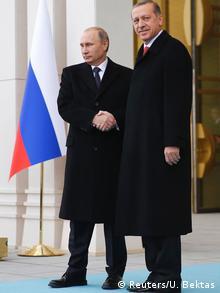 Putin und Erdogan geben sich die Hand (Foto: REUTERS/Umit Bektas)