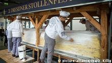 Deutschland Dresdner Bäcker setzen Riesenstollen zusammen