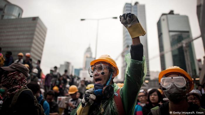 Polizei geht gewaltsam gegen Demonstranten in Hongkong vor 01.12.2014