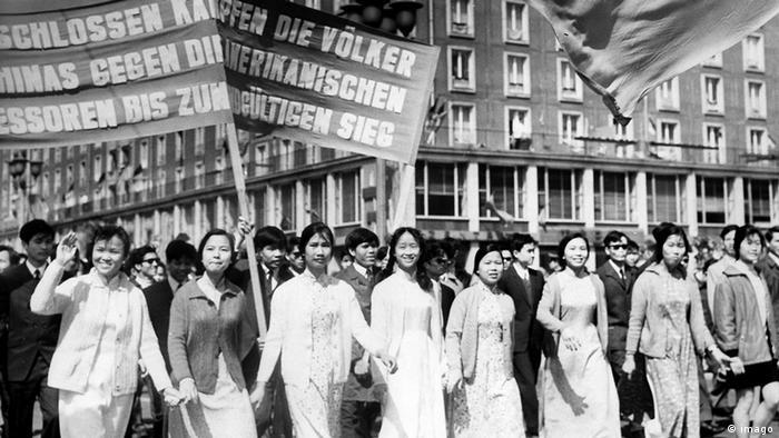 Vietnamesische Auszubildende und Studenten bei einer Demonstration zum 1. Mai 1971 in Dresden