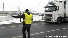 Mitarbeiter des russischen Föderalen Dienstes für veterinär- und phytosanitäre Überwachung (Rosselchosnadsor) kontrolliert ein LKW bei der Einreise aus Belarus nach Russland. Autor: Alexander Burakov, DW, 01.12.2014