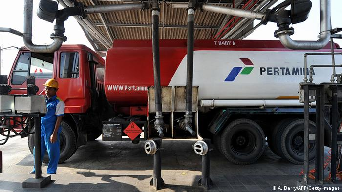 A worker of PT Pertamina fills a truck with gasoline in Jakarta on August 22, 2008 (Photo: ADEK BERRY/AFP/Getty Images)