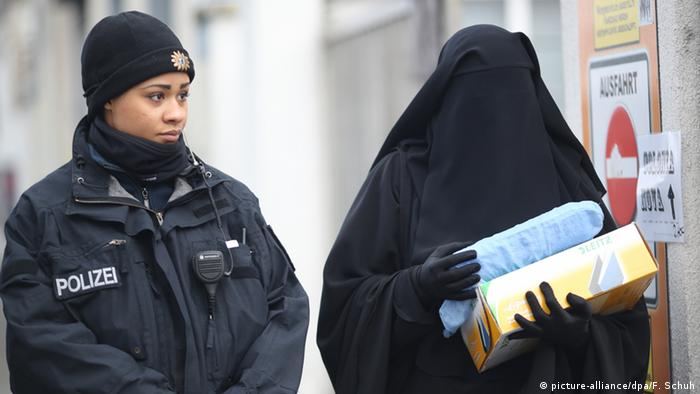 Verschleierte Frau und eine Polizistin in Berlin 13.01.2013 (picture-alliance/dpa/F. Schuh)