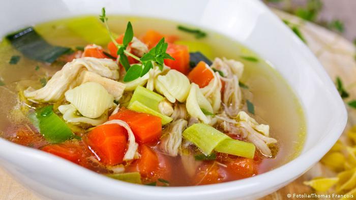 صورة لطبق من حساء الدجاج