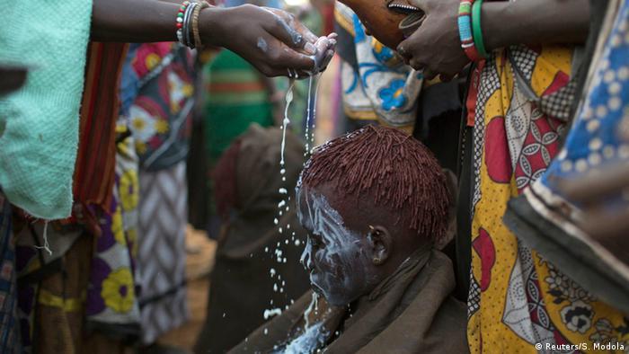Ein kenianisches Mädchen wird nach der Beschneidung mit weißer Farbe eingerieben.