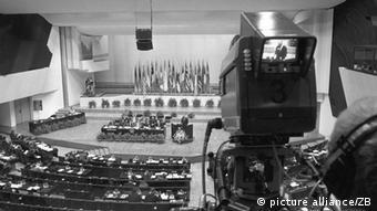 1975, Ελσίνκι: Ιστορική φωτογραφία για μια ιστορική στιγμή. Υπογραφή της Τελικής Πράξης της τότε ΔΑΣΕ, που έφερε κάποια ελπίδα ύφεσης του διπολισμού