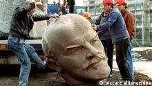 Arbeiter setzen am 13.11.1991 mit Hilfe eines Krans den Granitkopf des russischen Revolutionsführers Lenin auf die Straße. Das 18 Meter hohe Berliner Denkmal wird so Stück für Stück abgebaut.