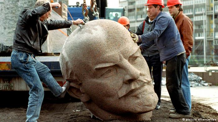 Abbau Berliner Denkmal 1990 (picture alliance/dpa)