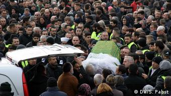 Tugce's coffin is carried through the masses attending her funeral. (Photo: DW/ Sabrina Pabst)