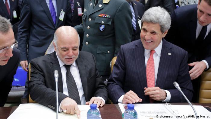 جان کری، وزیر امور خارجه آمریکا (راست) در کنار حیدر عبادی، نخست وزیر عراق، در روز ۳ دسامبر در بروکسل