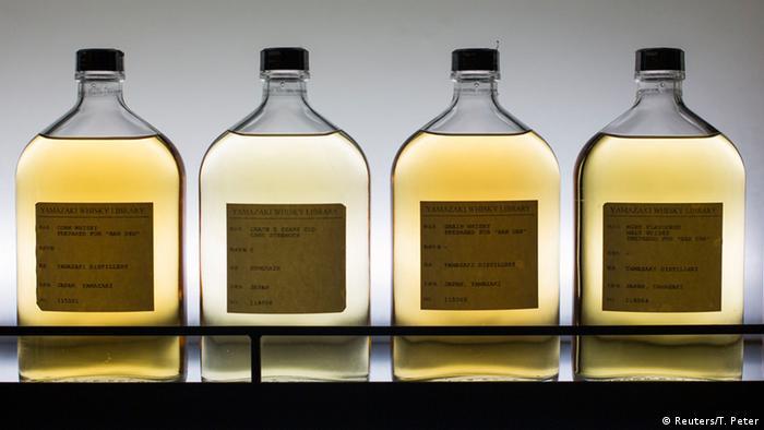 زکریای رازی، پزشک، فیلسوف و شیمیدان ایرانی کاشف الکل بود و این واژه به همین شکل به داروسازی در اروپای دوران رنسانس وارد شد. الکل برای ضد عفونی و درمان بیماریها به کار میرفت. پاراسلسوس، طبیب و کیمیاگر آلمانی که پدر هومئوپاتی شناخته میشود، نام نابترین شرابها را الکل وینی گذاشته بود. به تدریج الکل اسم عام انواع مشروب شد.