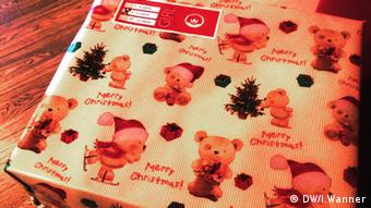 A wrapped Christmas present (Photo: Inge Wanner / DW)