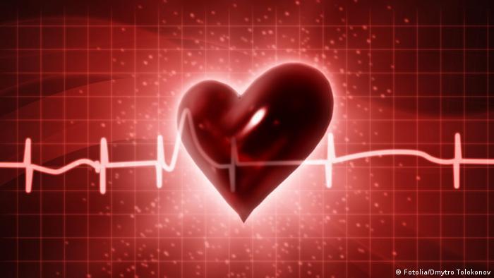 Символические изображение сердца на фоне кардиограммы