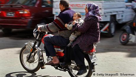 Ägypten Familie Vater Mutter Kind auf Moped