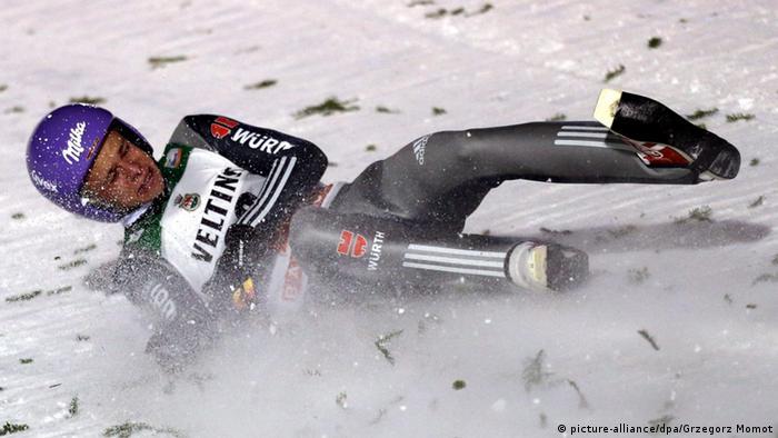 Skispringer Andreas Wellinger stürzt beim Weltcup in Kuusamo (Foto: EPA/GRZEGORZ MOMOT)