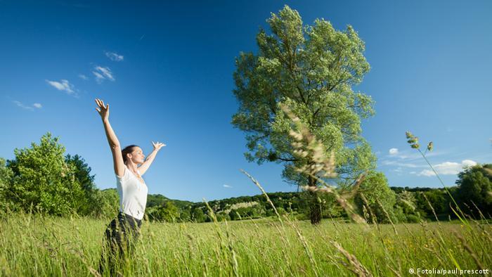 Symbolbild Frau Entspannung in der Natur