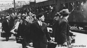 Ausländische Juden im Mai 1941 vor ihrer Deportation nach Auschwitz auf dem Bahnsteig von Pithiviers südlich von Paris