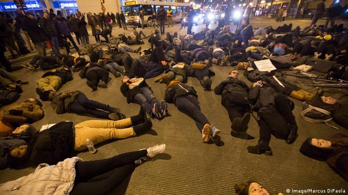 USA Proteste gegen Polizeigewalt in Chicago Demonstranten 05.12.2014