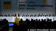 Blick auf das Podium am 06.12.2014 auf der Hauptversammlung des Automobilclubs ADAC in München (Bayern). Rund 190 Delegierte sind zu der außerordentlichen Hauptversammlung zusammengekommen, um über eine umfassende Reform des Autoclubs zu beraten. Der ADAC will damit die tiefe Vertrauenskrise überwinden, in die er nach Bekanntwerden der Fälschungen beim Autopreis «Gelber Engel» gestürzt war. Foto: Andreas Gebert/dpa +++(c) dpa - Bildfunk+++