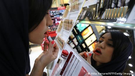 Iran Frau schminkt sich