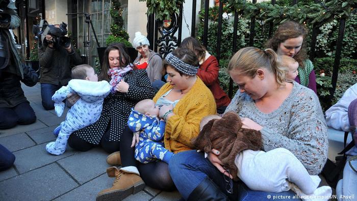 Várias mães amamentando em público