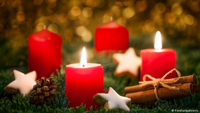 Ein Adventskranz mit zwei brennenden Kerzen
