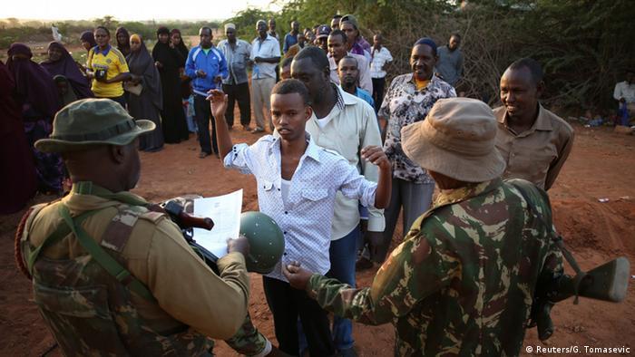Kenia Sicherheitskontrollen an der Grenze zu Somalia 08.12.2014 (Reuters/G. Tomasevic)