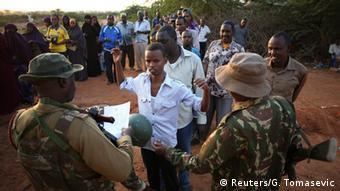 Kenia Sicherheitskontrollen an der Grenze zu Somalia 08.12.2014
