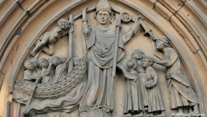Резной барельеф на южном фасаде собора