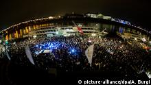 Teilnehmer einer Demonstration unter dem Motto Patriotische Europäer gegen die Islamisierung des Abendlandes (PEGIDA) warten am 01.12.2014 auf dem Terrassenufer in Dresden (Sachsen). Sie wollten zum Theaterplatz marschieren, wurden daran aber von Gegendemonstranten gehindert. Foto: Arno Burgi/dpa