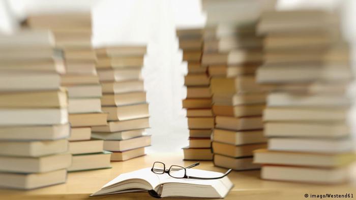 Symbolbild Bücherstapel (Foto: imago/Westend61)