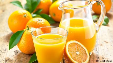 Deutschland Orangensaft mit Glas Karaffel und Apfelsinen
