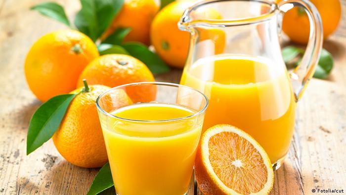 Кувшин и стакан с апельсиновым соком