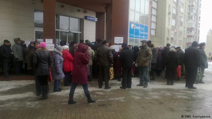 Пенсионеры в Донецке в очереди за гуманитарной помощью (фото из архива)