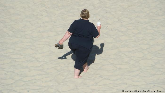 Obese woman walking on beach (picture-alliance/dpa/Stefan Sauer)