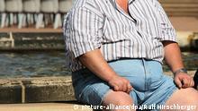 ARCHIV - Ein übergewichtiger Mann sitzt am auf einer Bank in Dresden, aufgenommen am 23.08.2007. Nach Ansicht von Experten könnten deutlich mehr fettleibige Patienten in Deutschland von einer gezielten Magen-Darm-Operation profitieren. «Die Adipositas-Chirurgie mit ihren verschiedenen Verfahren kommt seit vielen Jahren weltweit zum Einsatz, in Deutschland jährlich bei etwa 6000 Patienten», sagte der Chirurg Prof. Weiner am Mittwoch (31.08.2011) zum Auftakt eines Kongresses in Hamburg. Schätzungen zufolge kämen aber etwa 20 000 Menschen pro Jahr für einen solchen Eingriff in Frage. Foto: Ralf Hirschberger +++(c) dpa - Bildfunk+++