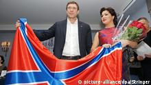 dpatopbilder epa04520695 Russian opera singer Anna Netrebko (R) and Chairman of the Parliament of so-called Neo-Russia (self-proclaimed Donetsk and Luhansk republics), Oleg Tzarev (L) pose with a flag of Neo-Russia in St. Petersburg, Russia, 08 December 2014. Anna Netrebko made a charity donation of 1 million rubles (about 15 500 euro) to support Donbass opera in Donetsk. EPA/STRINGER pixel