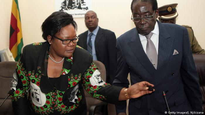 Joice Mujuru und Robert Mugabe (Foto: AFP/Getty Images))