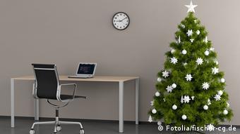 Пустой офис с наряженной елкой