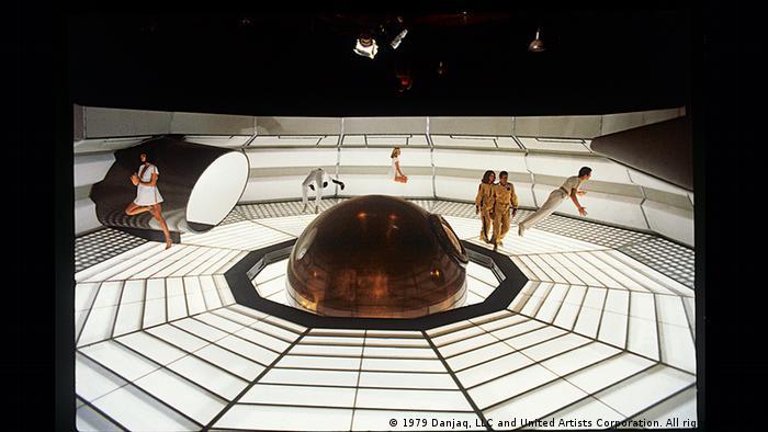 Szenenfoto aus dem Bond-Film M´Moonraker - Streng geheim, das einen Raum zeigt, dessen beleuchteter Fußboden einem Spinnennetz gleicht.