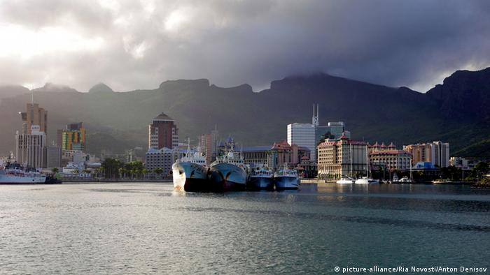 Capital city of Port Louis on Mauritius as seen over the water (Photo: picture-alliance/Ria Novosti/Anton Denisov)