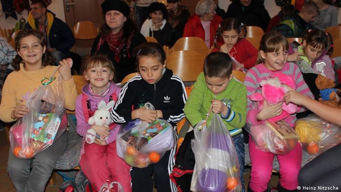 Діти вже отримали купу подарунків від усіх тих, хто підтримав акцію подружжя Ніцше: одяг, іграшки, солодощі