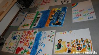 Поступово на малюнках дітей з Маріуполя починають переважати яскраві кольори