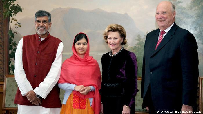 جایزه صلح نوبل سال ۲۰۱۴ به ملاله یوسفزی (نفر دوم از چپ)، دختر ۱۷ ساله پاکستانی و کایلاش ساتیارتی، فعال حقوق کودکان هند اهدا شد. این دو به خاطر فعالیتهایشان برای تحقق حقوق کودکان این جایزه را دریافت کردند.