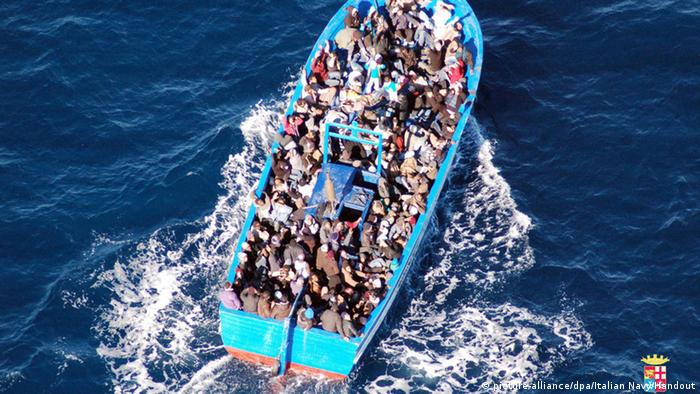 A boat carrying 200 refugees off the coast of Lampedusa, Copyright: dpa