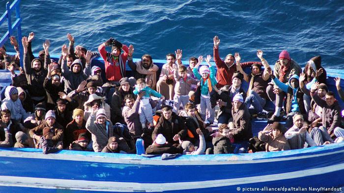Bis zu 700 tote Flüchtlinge bei Schiffsunglücken im Mittelmeer (picture-alliance/dpa/Italian Navy/Handout)