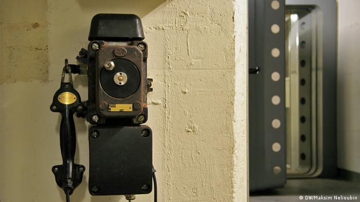 Телефон внутренней связи около входа в денежное хранилище