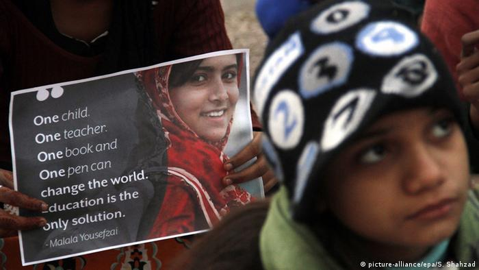 A person holding a picture of Malala, Nobel Prize winner, in Pakistan (picture-alliance/epa/S. Shahzad)